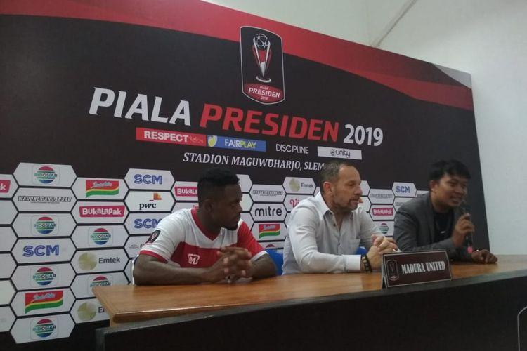Pelatih Madura United, Dejan Antonic (tengah) dan David Laly (kiri) pada konferensi pers seusai laga terakhir Grup D Piala Presiden 2019 melawan Borneo FC di Stadion Maguwoharho, Jumat (15/04/2019).