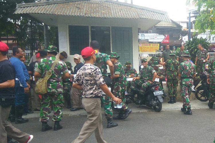 Anggota TNI yang ingin mengosongkan rumah warga di Komplek Akabri, Menteng Pulo, Setiabudi, Jakarta Selatan, Kamis (14/9/2017).