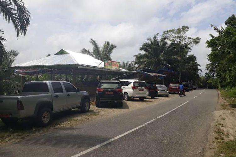 Deretan mobil pelanggan di tempat makan melegenda di Bengkulu Selatan Ayiak Ndelengau