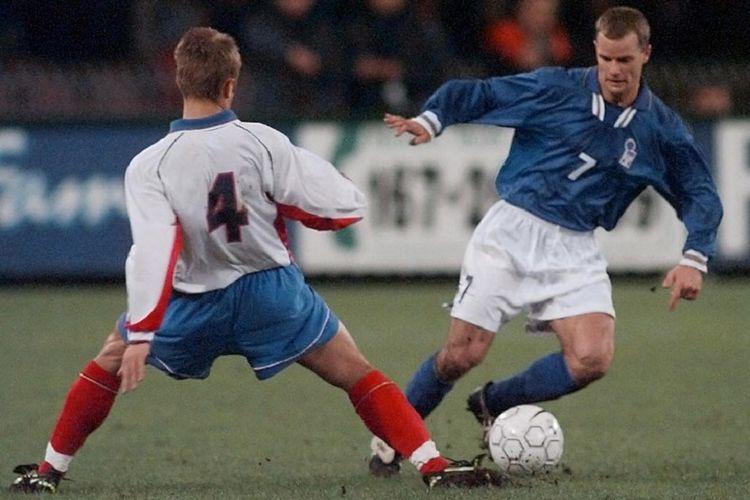 Gianluca Pessotto (kanan) saat membela timnas Italia pada pertandingan melawan Rusia pada November 1997.