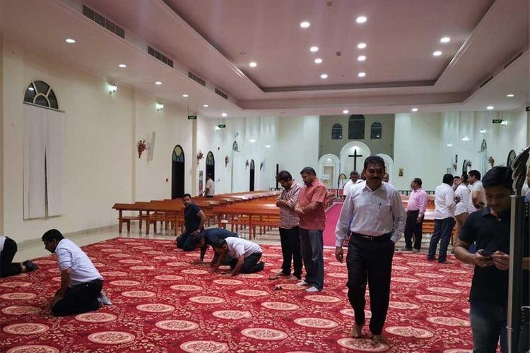 Usai berbuka puasa, peserta acara langsung menunaikan ibadah shalat di dalam gereja St Lukas, Ras Al Khaimah tempat acara digelar.