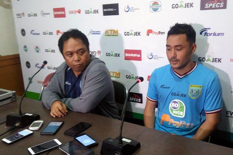 Asisten pelatih Persela Lamongan Danur Dara (kiri) dan Shohei Matsunaga, dalam sesi jumpa pers seusai laga versus Bali United, Senin (16/4/2018).