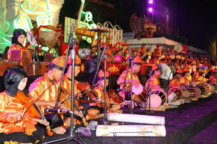Ratusan anak menampilkan kreasi terbaiknya dalam Lalare Orchestra Concert pada 2016 di Gesibu Blambangan, Banyuwangi. Musisi, penyanyi, maupun aktor yang terlibat dalam konser musik yang dipadu dengan seni teater itu berusia sekolah dasar hingga sekolah menengah pertama.