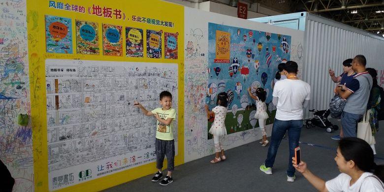 Anak-anak sedang berfoto di stan anak pada acara Beijing International Book Fair 2017 pada 23-27 Agustus 2017 di Beijing, China.