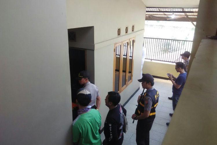 Polisi tengah melakukan olah TKP di lokasi penemuan jenazah Ela Nurhayati (42), karyawati bank BUMN di rumahnya di Kampung Pangragajian RT 03/RW 09 Desa Kayuambon, Kecamatan Lembang, Kabupaten Bandung Barat, Jawa Barat, Selasa (11/9/2018) siang.