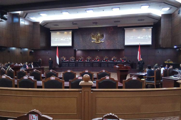 Ketua Mahkamah Konstitusi (MK) Arief Hidayat bersama hakim Konstitusi dalam sidang pengujian undang-undang terkait hak angket DPR terhadap KPK. Sidang digelar di MK, Jakarta Pusat, Senin (21/8/2017).