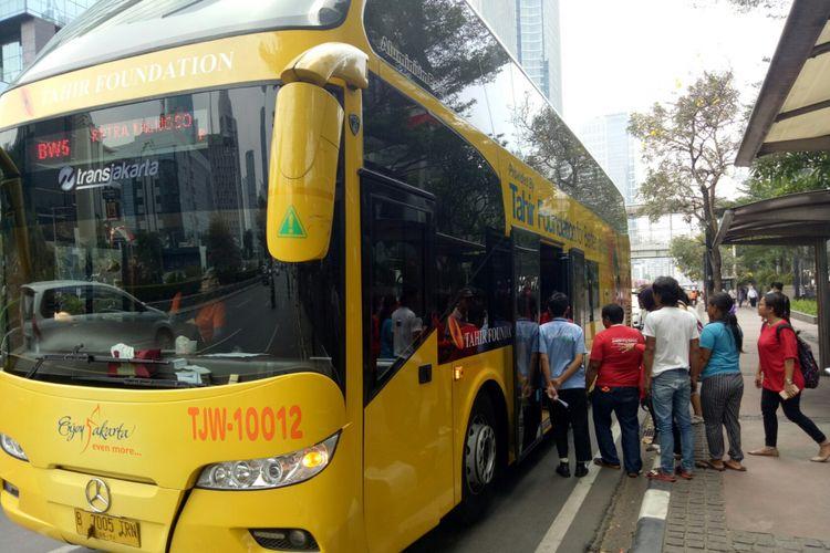 Bus tingkat Jakarta City Tour dengan rute Balai Kota menuju Kalijodo yang beroperasi tiga kali dalam sehari.