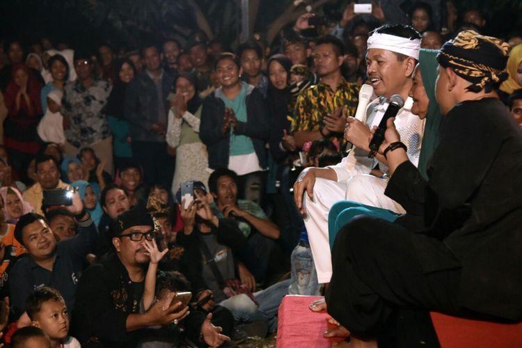 Dedi Mulyadi bersama komedian Sunda Ohang sedang tampil dalam acara seninya bersama warga di Karawang, Kamis (11/1/2018) malam tadi.