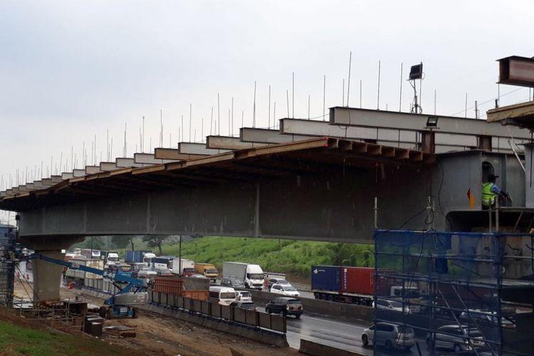 Pekerjaan konstruksi Tol Jakarta-Cikampek elevated.
