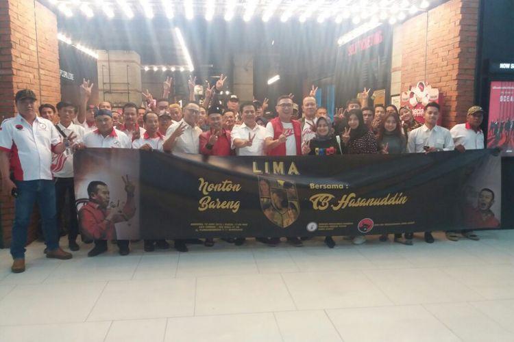 Dalam rangkaian peringatan Bulan Bung Karno, DPD Taruna Merah Putih (TMP) Jawa Barat menggelar acara nonton bareng film Lima di kawasan Jalan Aceh, Kota Bandung, Minggu (10/6/2018).