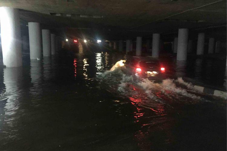 Terowongan Apron yang berada di Jalan HBR Motik, Kemayoran,  Jakarta  Pusat, terendam banjir setinggi 80 sentimeter, Senin (10/9/2018) malam.