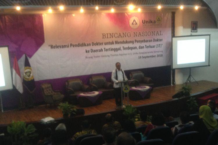Menteri Teknologi dan Pendidikan Tinggi, M Nasir (kiri) saat menjadi keynote speech Relevansi pendidikan dokter untuk mendukung penyebaran dokter ke daerah tertinggal, terdepan dan terluar (3T)? di Universitas Katolik Soegijapranata Semarang, Rabu (19/9/2018).