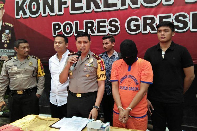 Kapolres Gresik AKBP Wahyu Sri Bintoro (tengah) bersama pelaku pembunuhan, saat rilis di Mapolres Gresik, Selasa (5/3/2019).