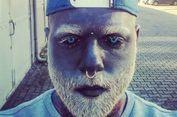 Pria Ini Tato Tubuhnya dengan Warna Abu-abu