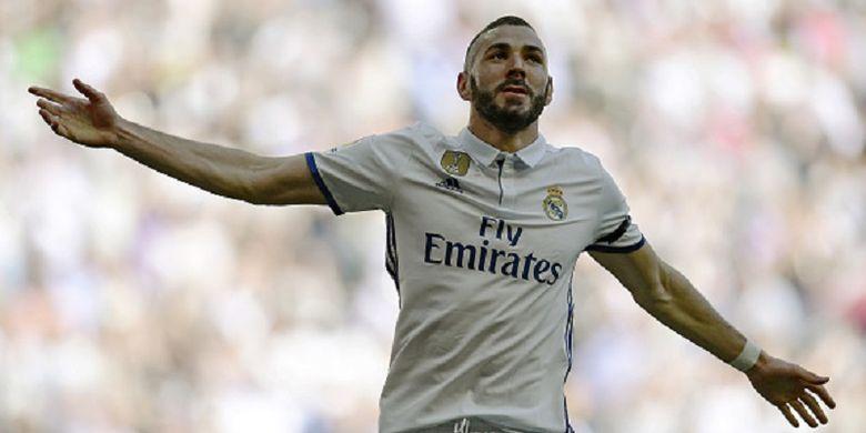 Karim Benzema merayakan gol pertama Real Madrid ke gawang Alaves pada pertandingan Divisi Primera La Liga di Stadion Santiago Bernabeu, Minggu (2/4/2017).