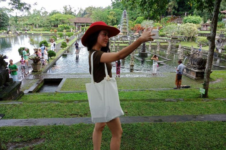 Peserta Take Me Anywhere 3 bersama OPPO F5 berfoto selfie di Tirta Gangga, Karangasem, Bali