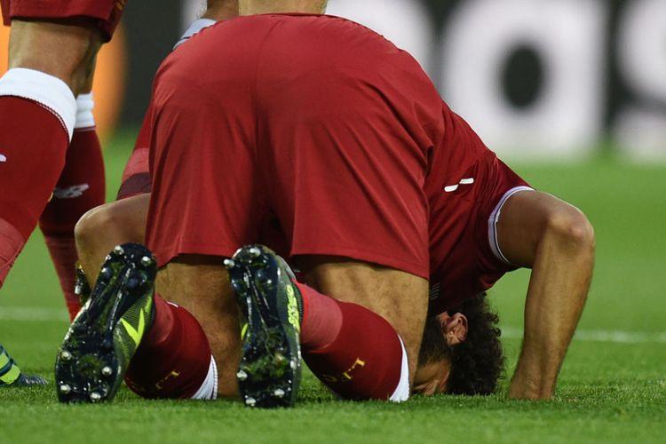 Mohamed Salah bersujud untuk merayakan gol kedua Liverpool ke gawang Hoffenheim pada pertandingan play-off Liga Champions di Anfield, Rabu (23/8/2017).
