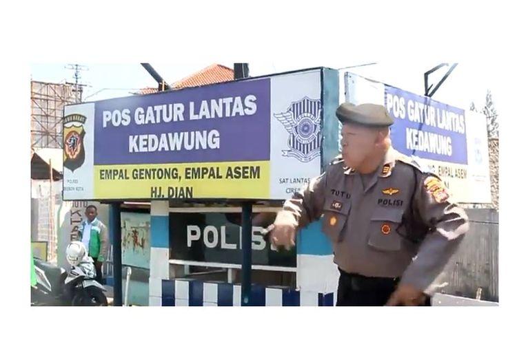 Aksi joget Kapolsek Kedawung, Cirebon, AKP Tutu berjoget menghibur para pemudik.