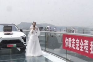 Seorang Wanita Diputus karena Paksa Pacarnya Berjalan di Jembatan Kaca