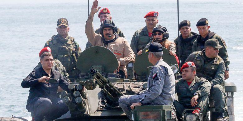 Presiden Venezuela Nicolas Maduro ketika menaiki tank amfibi dalam inspeksi militer di tengah krisis yang terjadi di negaranya.