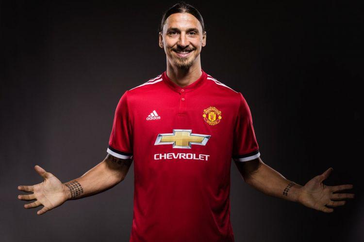 Zlatan Ibrahimovic kembali ke Old Trafford dan menandatangani kontrak setahun bersama Manchester United, Kamis (24/8/2017).