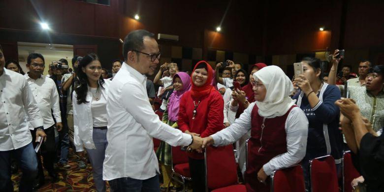 Menteri Ketenagakerjaan M Hanif Dhakiri saat menemui ratusan pengusaha Paguyuban Ritel Tradisional di Bekasi, Jawa Barat pada Kamis (14/2).