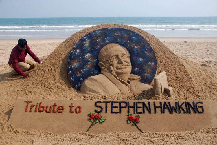 Artis pasir Sudarsan Patnaik, Rabu (14/3/2018), memberikan sentuhan terakhir untuk karyanya yang dibuat sebagai penghargaan kepada Stephen Hawking, fisikawan yang meninggal pada hari tersebut di London, Inggris. Karya ini dibuat di India.