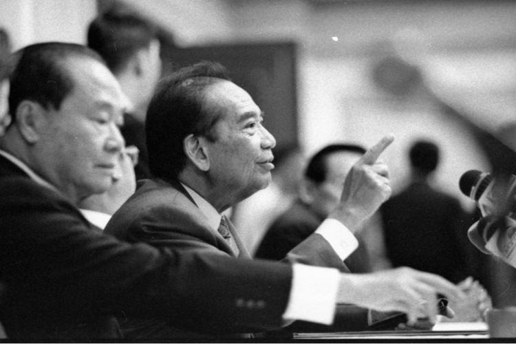 Foto 1998: Sukamdani Sahid Gitosardjono (saat itu pemilik Bank Sahid Gajah Perkasa) bersama pemilik bank yang merger Eka Tjipta Widjaja (kiri).