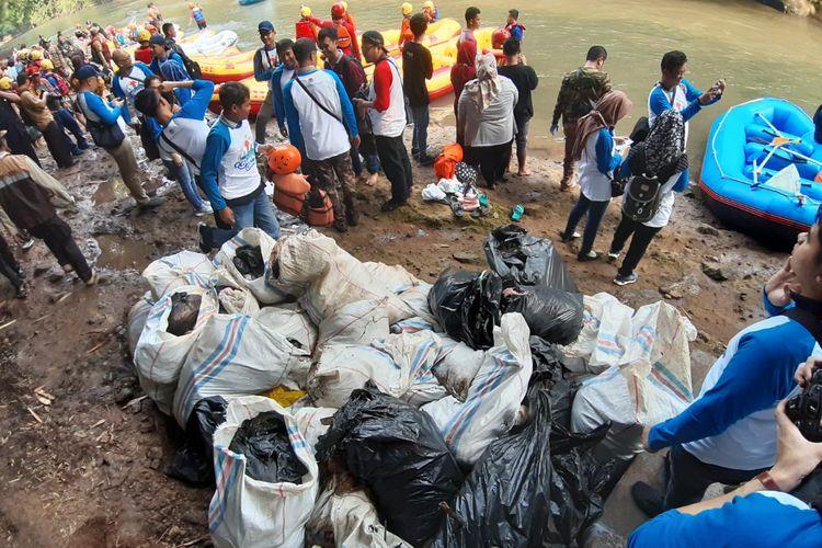 PT Aneka Tambang Tbk (Antam) ikut mendukung pemecahan rekor Museum Rekor Dunia Indonesia (MURI) Bebersih Ciliwung, Minggu (23/6/2019)