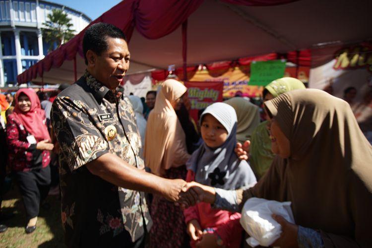 Wali Kota Magelang Sigit Widyonindito bersalaman dengan warganya di sela-sela pembukaan Pasar Murah, di Alun-alun Kota Magelang, Rabu (22/5/2019).