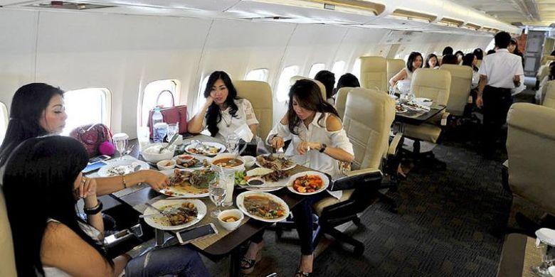 Ilustrasi restoran di kabin pesawat.