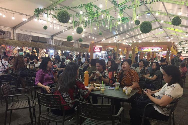 Pengunjung sedang menikmati waktu bersama di Jakarta Street Food Festival 2018 di La Piazza, Summarecon Kelapa Gading, Jumat (09/11/2018).