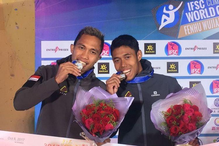 *Dua atlet panjat tebing Indonesia, Aspar Jaelolo dan Sabri saat meraih medali perak dan perunggu nomor speed di ajang Climbing World Cup 2017 di Wujiang, China, Minggu (8/10). Emas nomor ini diraih Aleksandre Shikov dari Rusia