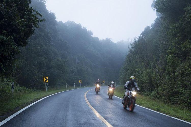 Ilustrasi Berkendara Sepeda Motor di Musim Hujan
