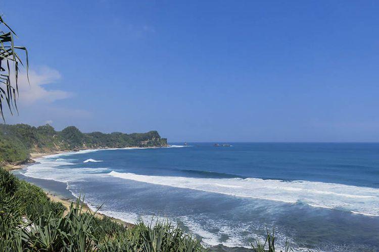 Pantai Nampu memiliki pasir putih nan eksotis, berpadu dengan birunya air laut.