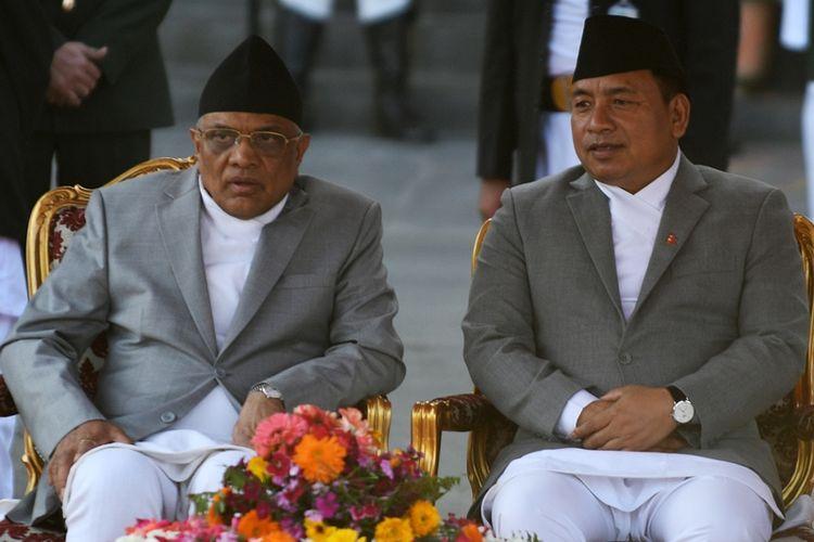 Gopal Parajuli (kiri) ketika masih menjabat sebagai Ketua Mahkamah Agung Nepal, duduk di sebelah Wakil Presiden Nanda Kishor Pur Rabu (14/3/2018).