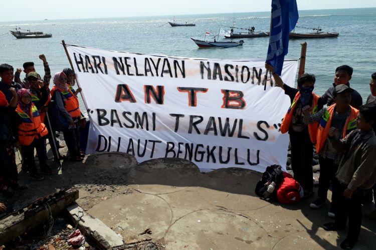 Parade kapal oleh nelayan tradisional menolak trawl di Kota Bengkulu.
