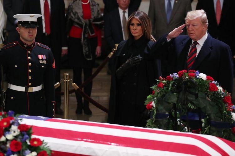 Presiden AS Donald Trump didampingi Ibu Negara Melania memberi penghormatan terakhir kepada mantan presiden AS George HW Bush di Rotunda Capitol, Washington, Senin (3/12/2018).