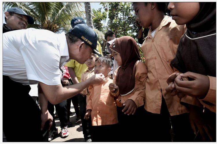 Mendikbud Muhadjir Effendy menyanangkan Gerakan Kembali Sekolah di lapangan Bumi Gora, kantor Gubernur Nusa Tenggara Barat (NTB), kota Mataram, Minggu (9/9/2018).