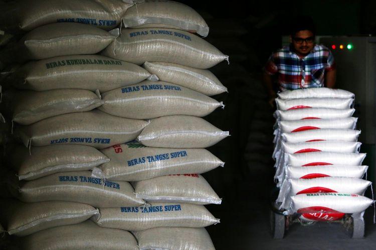 Pedagang menyusun karung beras di gudang penyimpanan di Banda Aceh, Aceh, Senin (4/9/2017). Pemerintah telah menetapkan Harga Eceran Tertinggi (HET) beras untuk jenis medium Rp9.450 per kilogram dan jenis premium Rp13.800 per kilogram. ANTARA FOTO/Irwansyah Putra/kye/17.