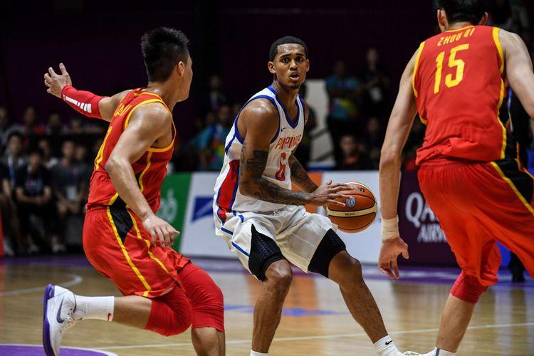 Pebasket Filipina Jordan Clarkson menggiring bola saat melawan Cina di pertandingan babak penyisihan grup D Asian Games ke 18 di Hall Basket Senayan, Jakarta Pusat, Selasa (21/8/2018). China menang dengan skor 82-80.