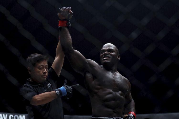 Petarung Alain Ngalani berselebrasi setelah mengalahkan Hideki Sekine pada pertandingan ONE: Total Victory di Jakarta Convention Center, Sabtu (16/9/2017).