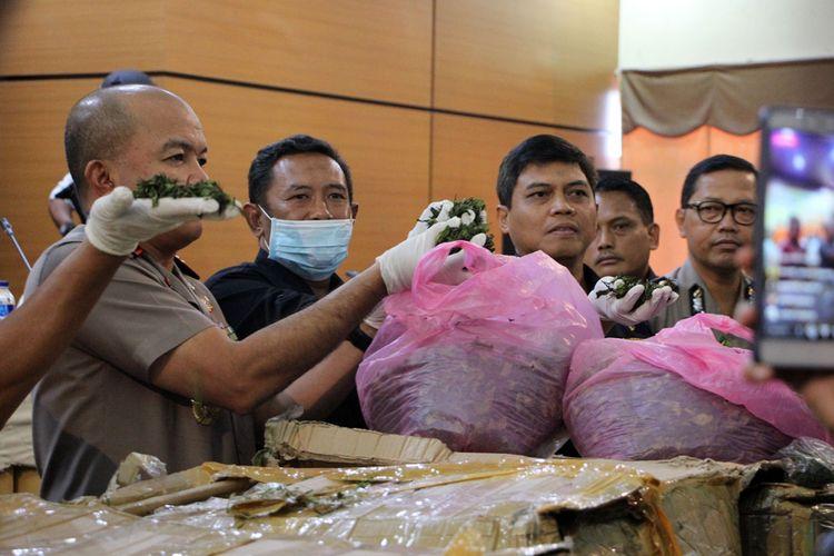 Tim gabungan yang terdiri dari Direktorat Reserse Narkoba (Ditresnarkoba) Polda Keperi, Bea dan Cukai Tpe B Batam, Avsec Bandara Hang Nadim dan Pos Indonesia berhasil memutus mata rantai penyelundupan narkotika golongan satu jenis Cathinone sebanyak 55 Kg.