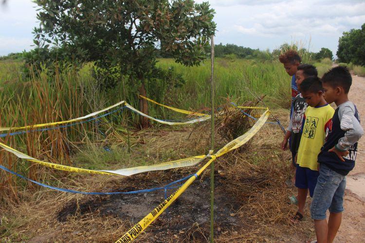 Lokasi tempat penemuan jenazah IA (20) korban pembunuhan yang tewas dibakar di Jalan Kebun Sawit Dusun IV SP 2 Desa Sungai Rambutan Kecamatan Indralaya Utara Kabupaten Ogan Ilir, Minggu (20/1/2019).