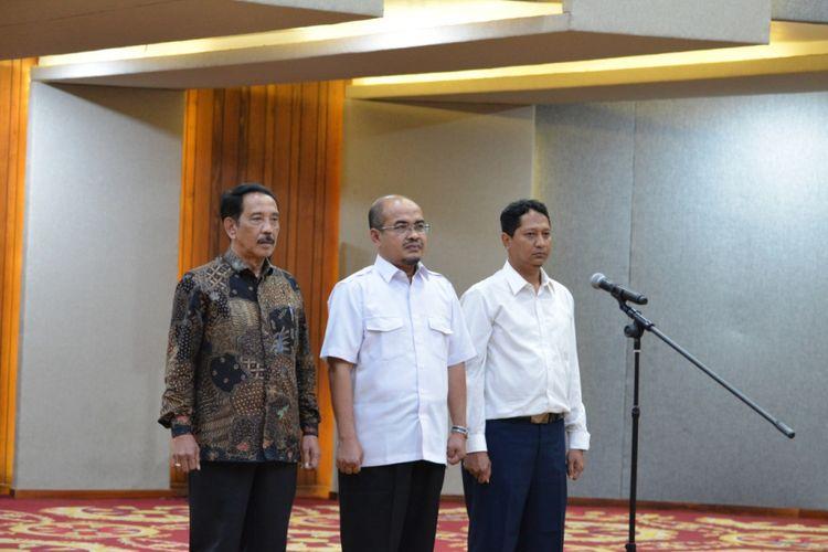 Menteri Koordinator Perekonomian Darmin Nasution melantik Edy Putra Irawadi (kiri) sebagai Kepala BP Batam yang baru.  Pelantikan dilakukan di Kantor Kementerian Koordinator Perekonomian, Jakarta, Senin (7/1/2018).