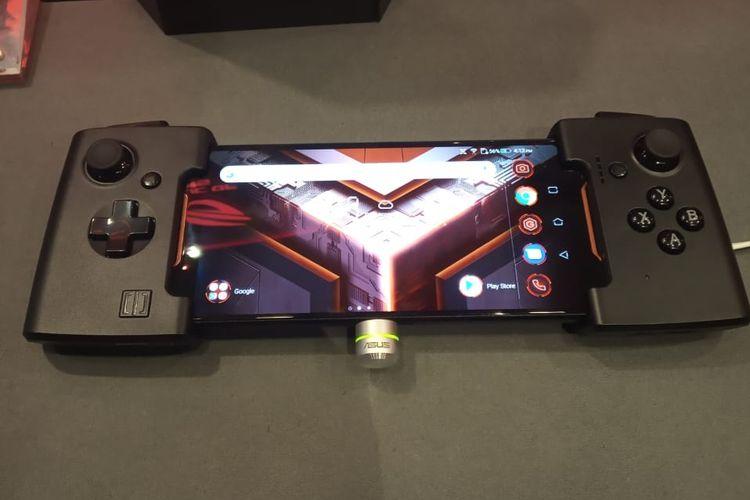 Asus ROG Phone dengan aksesoris joystick tambahan.