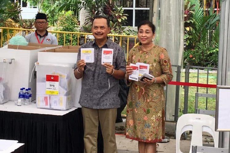 : Duta Besar Indonesia untuk Singapura Ngurah Swajaya beserta istri Mahaswi Swajaya menunjukan surat suara pemilihan presiden dan pemilihan legislatif yang telah dicoblos dan akan dimasukan ke kotak suara