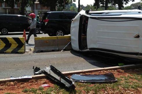 Sebuah Mobil Tabrak Separator Busway lalu Terguling di Jalan Jenderal Sudirman