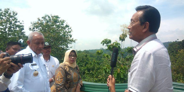Sultan Hamengku Buwono X saat berdialog dengan Bupati Badingah dan Bupati Sleman Sri Purnomo di Jembatan Sembada-Handayani.