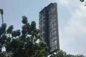 Dalam Kondisi Telanjang, Pria Ini Panjat Baliho di Depan Gedung BPK